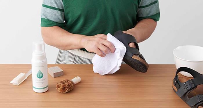 6a4b3d287763 汚れたサンダルでは足取りだって重くなる!ということで、愛用の一足をピカピカにする、自宅でできる簡単なお手入れ方法をレクチャーします。